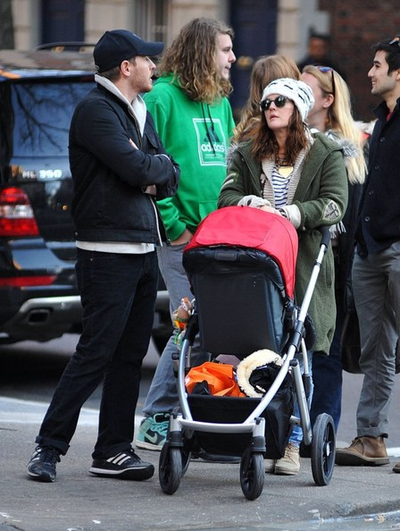 Drew Barrymore - Drew Barrymore & Will Kopelman Take Olive For A Stroll