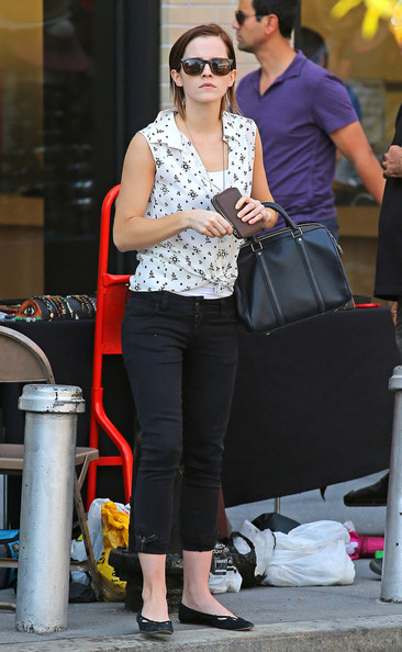Emma Watson - Emma Watson Shops at a Jewelry stand in New York