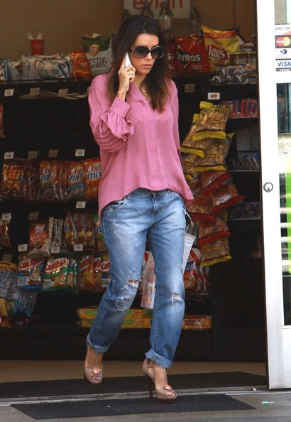 'Refugio' actress Eva Longoria seen chatting on her cell phone after picking up some snacks at a gas station in Los Angeles, California on June 6, 2014. Last night on the red carpet at the Jane Fonda AFI Tribute event, Eva reunited with her 'Desperate Housewives' co-start Felicity Huffman.
