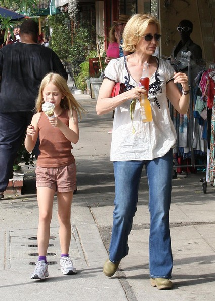 http://www2.pictures.zimbio.com/fp/Felicity+Huffman+Daughter+Getting+Ice+Cream+PbK2LF-7S_Yl.jpg