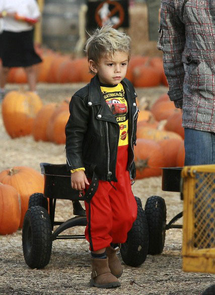 Kingston Rossdale Singer Gavin Rossdale is spotted shopping for that perfect pumpkin with his sons Kingston and Zuma at Mr. Bones Pumpkin Patch in Beverly Hills.