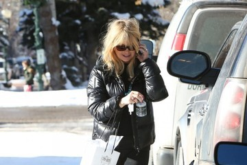 Goldie Hawn Goldie Hawn Does Some Christmas Shopping In Aspen