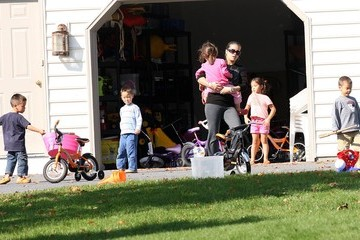 Leah Gosselin Alexis Gosselin Gosselin Kids Playing In The Front Yard