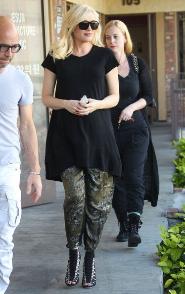 Gwen Stefani Stops by an Acupuncture Studio []