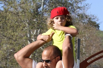 Hank Baskett Kendra Wilkinson And Her Family Play At A Park