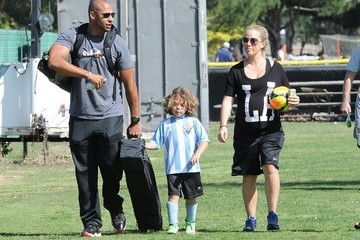 Hank Baskett Kendra Wilkinson Cheers on Her Son — Part 2