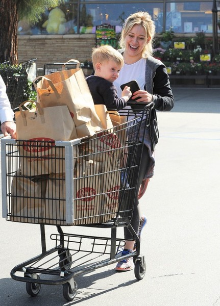Hilary Duff Shops for Groceries []