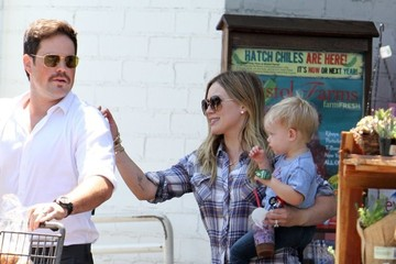 Hilary Duff Mike Comrie Hilary Duff and Her Family Pick Up Groceries — Part 2