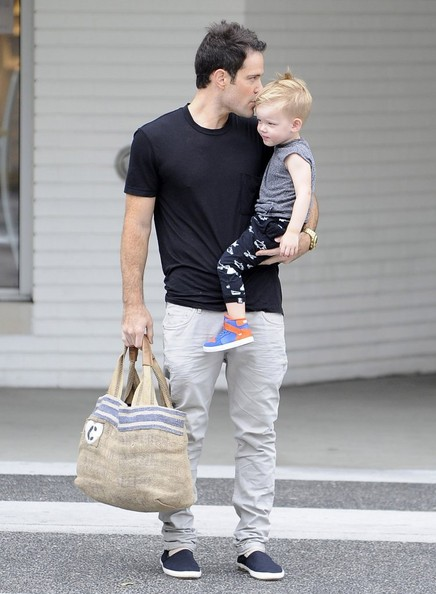 Hilary Duff Amp Mike Comrie Take Luca To Breakfast Zimbio