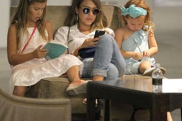 Honor Warren Jessica Alba Takes Her Daughters Shopping at The Grove