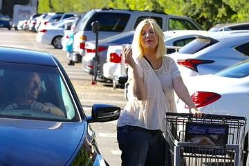 Ian Ziering Pregnant Tori Spelling Goes Grocery Shopping at Ralph's