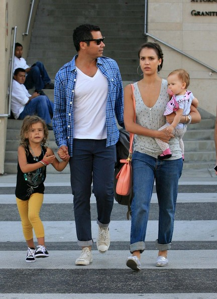 Jessica Alba - Jessica Alba And Hubby Cash Take Daughters Honor And Haven To Dinner