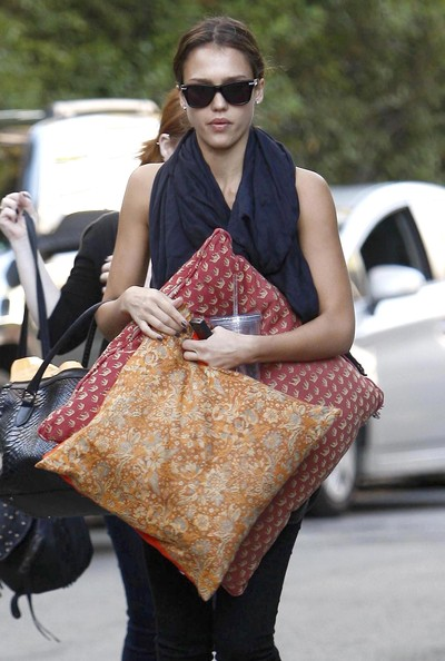 Jessica Alba Picking Up Some Pillows In Beverly Hills []