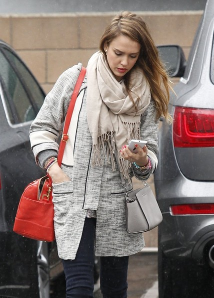Jessica Alba - Jessica Alba Shops In The Rain