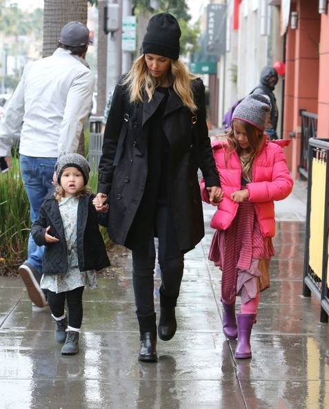 Jessica Alba Takes Her Girls Shopping For Toys