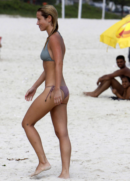 Julia Didone was spotted enjoying the day on Pepe beach, in Rio de Janeiro, showing off her bikini body. The troubled Brazilian TV actress, who recently avoided the disclosure of an alleged homemade porn video, was seen sunbathing, jogging, reading a book, drinking coconut water and, of course, refreshing herself in the ocean.