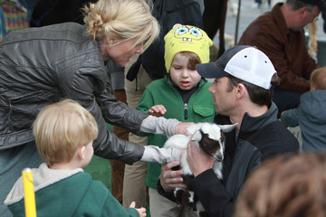 John Phillips Julie Bowen Takes Her Boys To A Petting Zoo