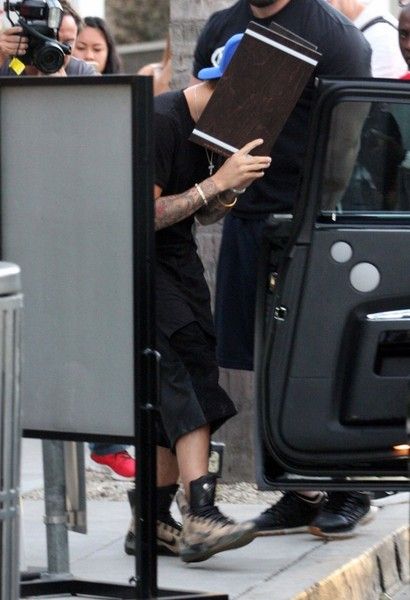 Justin Bieber Hides His Face In Beverly Hills