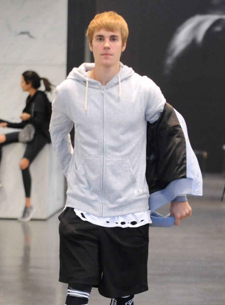 justin bieber photos photos justin bieber shops in beverly hills zimbio. Black Bedroom Furniture Sets. Home Design Ideas