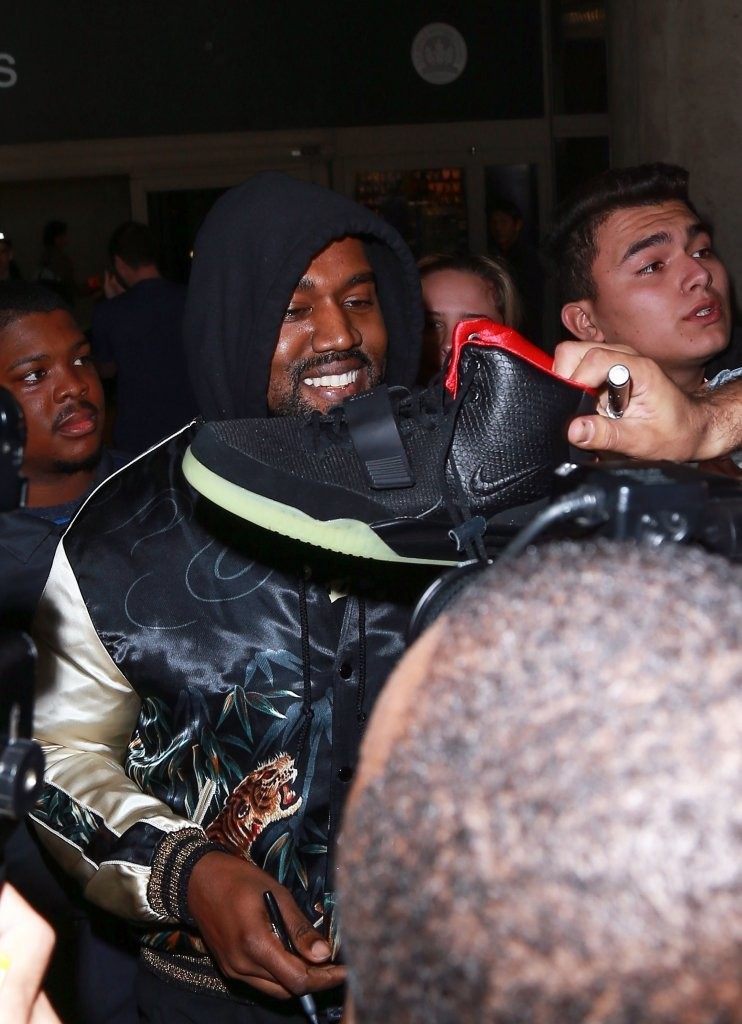 697174e93a4a Kanye West Photos Photos - Kanye West Is Greeted By Fans at LAX ...