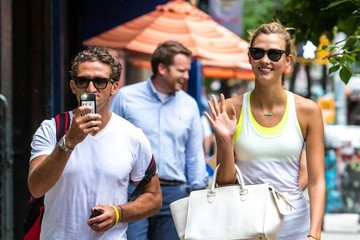 Karlie Kloss Karlie Kloss Out for a Stroll in NYC