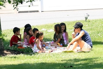 Collin Thomas Gosselin Kate Gosselin And Her Kids Having A Picnic