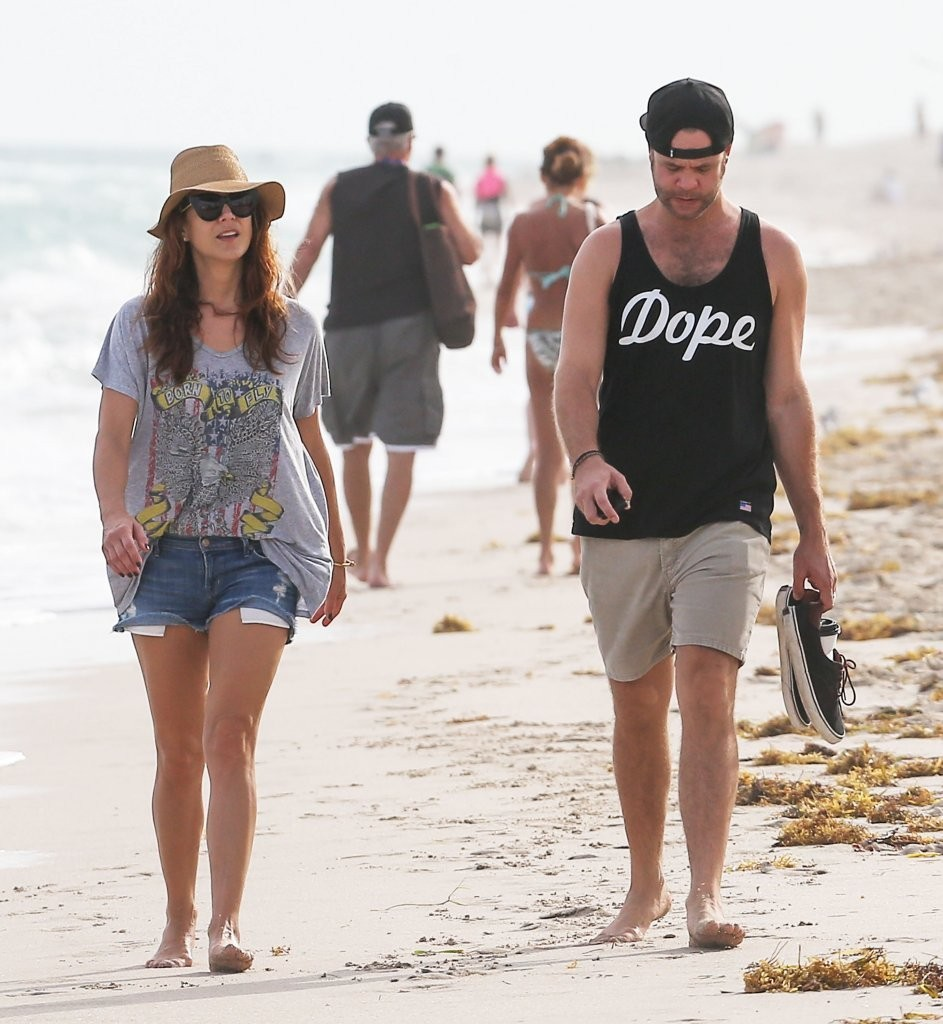 Kate Walsh And Her Boyfriend Take A Stroll On The Beach