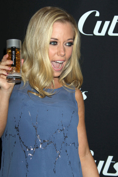 http://www2.pictures.zimbio.com/fp/Kendra+Wilkinson+Store+Signing+Ab+Cuts+Revolution+6PTIYNqh8Vol.jpg