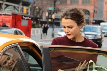 Keri Russell Keri Russell Catches a Cab in NYC