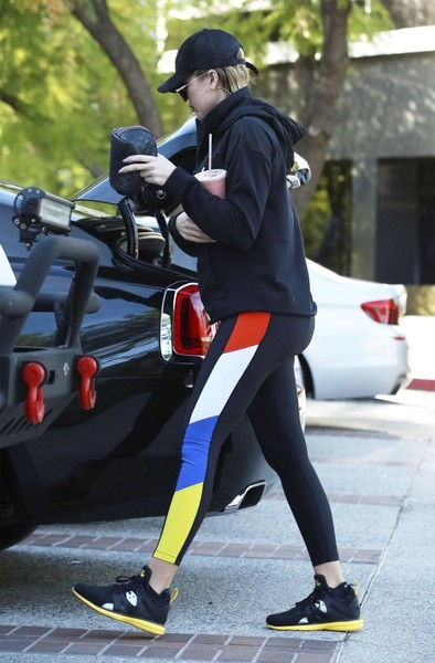 ce07387c42d0a4 Khloe Kardashian Photos Photos - Khloe Kardashian Leaves the Gym in ...