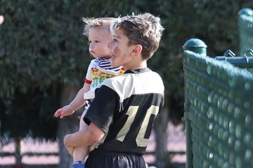 Kingston Rossdale Gwen Stefani Takes Her Sons To Their Football Game