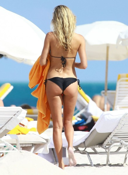 Lauren Hubbard in Black Bikini in Miami Beach Pic 18 of 35