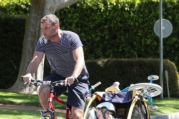Liev Schreiber Naomi & Liev Take Their Boys On A Bike Ride