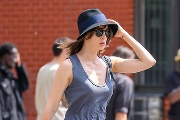 Lizzy Caplan Lizzy Caplan Stops For A Coffee In NYC
