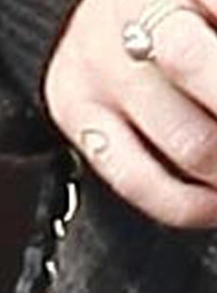 Singer Miley Cyrus has a new heart tattoo on her right pinkie finger.