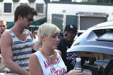 Miley Cyrus Liam Hemsworth Miley Cyrus And Liam Hemsworth Grocery Shopping At Whole Foods