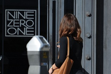 Minka Kelly Minka Kelly Stops by a Hair Salon