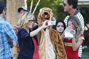 Stars from the hit show 'Modern Family' continue to film their Halloween episode in Los Angeles, California on September 19, 2014. Actress Sarah Hyland took a break from shooting to play with some puppies on set!<br /> Pictured: Julie Bowen, Nolan Gould, Steve Zahn, Sarah Hyland, Ariel Winter