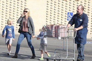 Naomi Watts Alexander Schreiber Naomi Watts And Sons Out Shopping In Brentwood