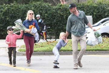 Naomi Watts Alexander Schreiber Naomi Watts And Family At The Brentwood Farmers Market