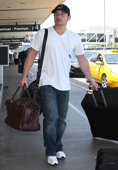 Nick Lachey - Nick Lachey & Vanessa Minnillo Departing On A Flight At LAX