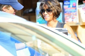 Olivier Martinez Halle Berry Buys a Stack of Magazines