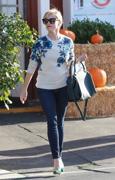 Reese Witherspoon Picks Up Groceries []