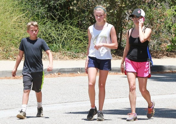 Reese Witherspoon - Reese Witherspoon Takes Her Kids On A Hike