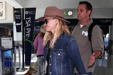 Reese Witherspoon Reese Witherspoon Catches a Flight