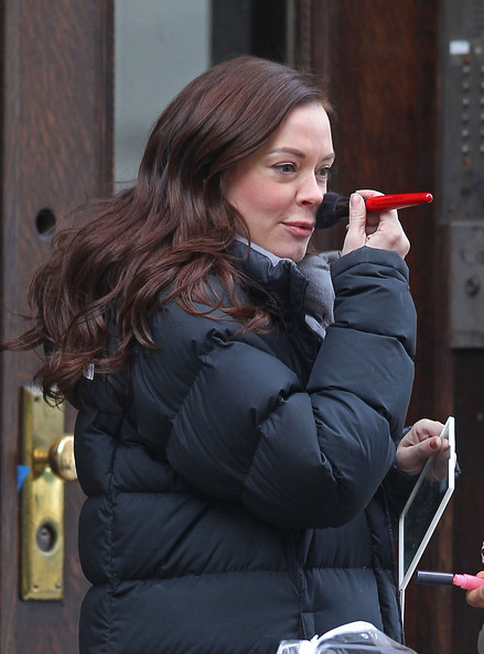 Rose McGowan Rose McGowan, Mariska Hargitay and Christopher Meloni film scenes for 'Law & Order: SVU' on the Upper West Side on New York City. Between takes Rose danced a little jig to entertain herself.