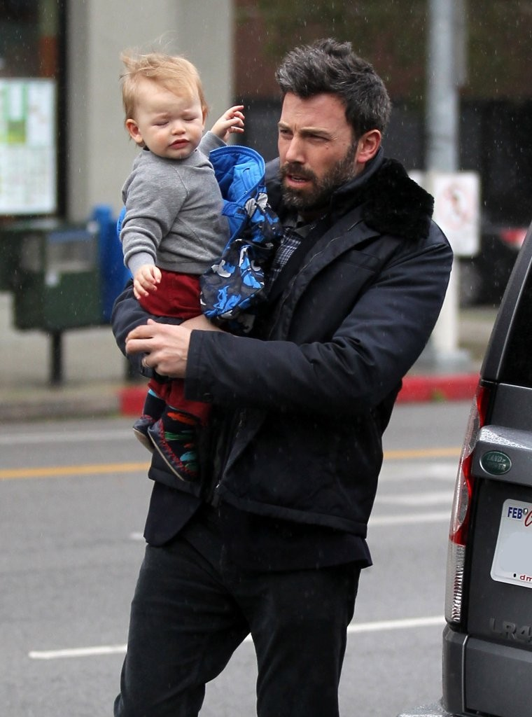 Samuel Affleck - Ben & Jennifer Brave The Rain To See Their Daughter's Karate Class