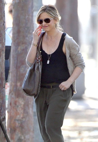Sarah Michelle Gellar Steps Out in Brentwood []