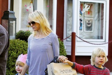 Sasha Schreiber Naomi Watts Takes The Boys Shopping
