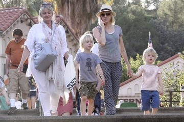 Sasha Schreiber Naomi Watts Takes Her Boys to the Zoo